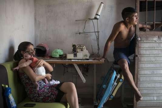 Une famille brésilienne dont le bébé est atteint de microcéphalie, le 23 décembre2015, à Santa Cruz do Capibaribe (Etat du Pernambouc).