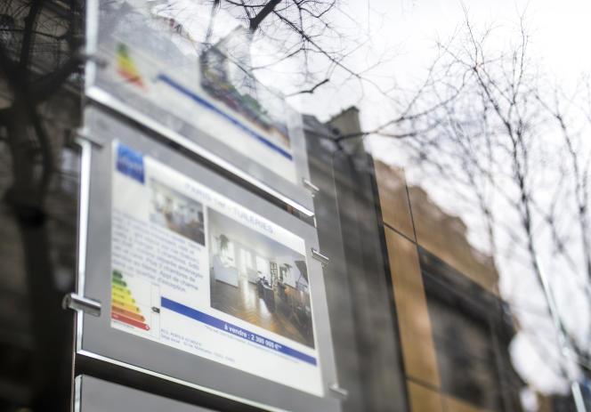 Le taux moyen des crédits immobiliers est tombé en mai à 1,75 % sur quinze ans et à 1,95 % sur vingt ans pour un dossier moyen, selon le courtier Empruntis (Photo:vitrine d'une agence immobilière à Paris en 2013).