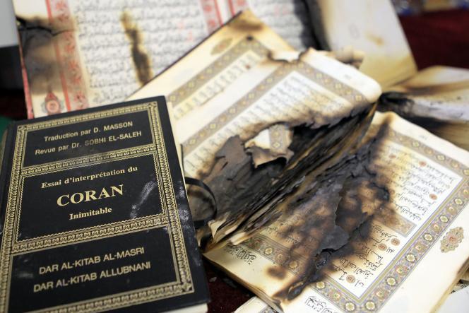 Des copies du Coran brûlées, à Ajaccio, à la fin de décembre 2015. Les actes antimusulmans «ont triplé» en 2015, tandis que les actes antisémites sont restés « à un niveau élevé », annonce le ministre de l'intérieur, Bernard Cazeneuve.