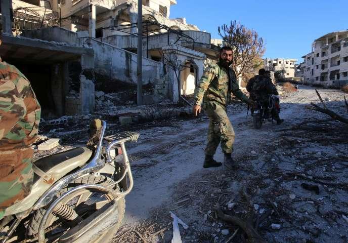 Des soldats syriens dans le village de Salma, dans le nord-ouest de la province de Lattaquié, le 15 janvier 2016.