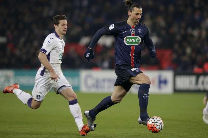 Le Parisien Zlatan Ibrahimovic sème un défenseur de Toulouse, le 19 janvier au Parc des Princes.