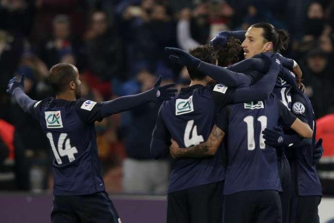 Les joueurs du Paris-Saint-Germain félicitent leur buteur Zlatan Ibrahimovic contre Toulouse (2-1), mardi 19 janvier, en Coupe de France.