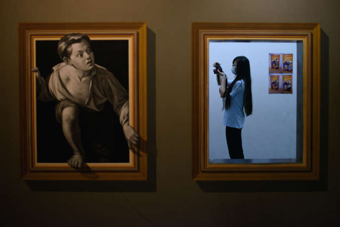 Une femme portant un masque prend une photo dans un musée de Séoul, le 9 juin 2015.
