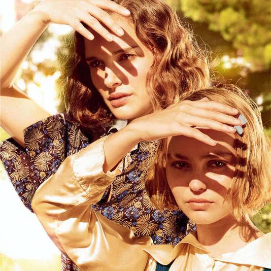 """Natalie Portman et Lily-Rose Depp dans le film français de Rebecca Zlotowski, """"Planétarium""""."""