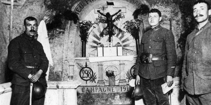 Des soldats dans la chapelle des grottes de Confrécourt (Aisne) du Père jésuite et aumônier militaire Paul Doncœur, en 1915.