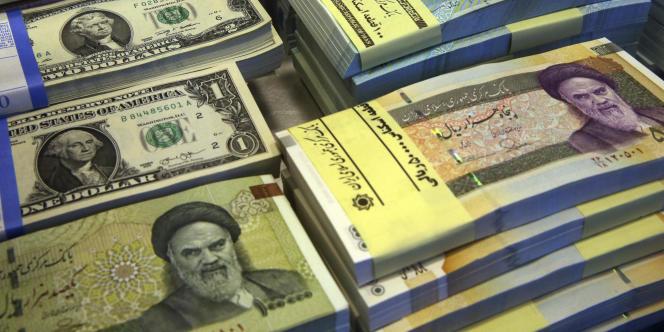Des devises américaines et iraniennes dans un bureau de change de Téhéran, le 4 avril 2015.