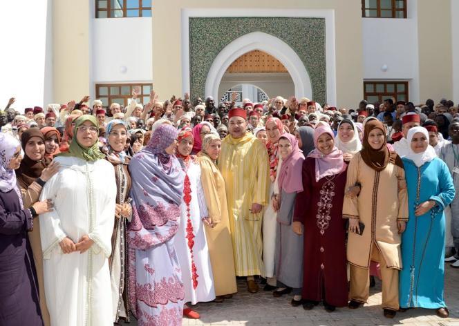 Le roi du Maroc Mohammed VI inaugure l'Institut de formation des imams et prédicatrices de Rabat, le 27 mars 2015.