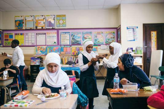 Un groupe de jeunes filles dans une école islamique.