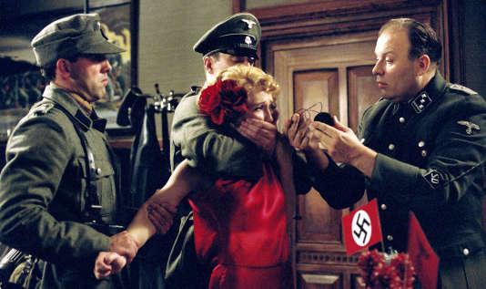Carice van Houten, dans le rôle de Rachel Stein, et  Waldemar Kobus (à droite), dans le rôle de Günther Franken. dans « Black Book » réalisé par Paul Verhoeven en 2006.