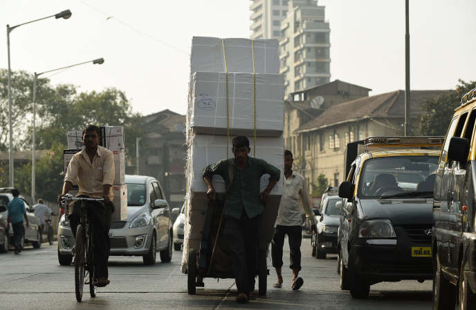 Dans les rues de Mumbai. Quelques semaines après son arrivée au pouvoir, le premier ministre indien, Narendra Modi, a lancé le programme «Make in India» pour relancer l'industrie, seule capable d'absorber autant de nouveaux actifs