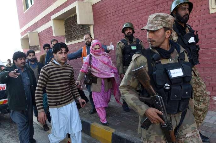 Des soldats pakistanais évacuent des personnes de l'université Bacha-Khan, pendant l'assaut des talibans, le 20 janvier.
