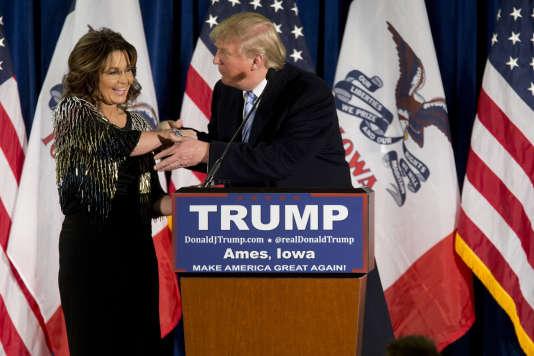 Sarah Palin, à gauche, a annoncé mardi 19 janvier son soutien à l'homme d'affaires Donald Trump pour la course à l'investiture républicaine, lors d'un meeting à Ames dans l'Iowa.
