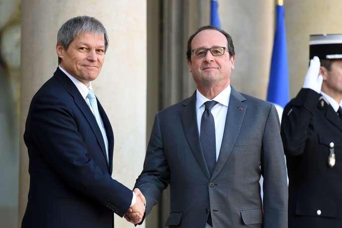 Le premier ministre roumain, Dacian Ciolos, et le président français, François Hollande, sur le perron de l'Elysée à Paris, le 20 janvier 2016.