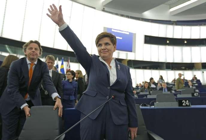 La première ministre polonaise salue le Parlement européen avant de lancer le dialogue sur les dernières mesures controversées du gouvernement polonais sur les médias et la justice. Le 19 janvier 2016, à Strasbourg.