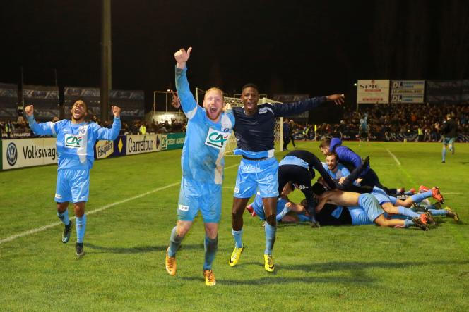 Les joueurs amateurs de Trélissac célèbrent leur victoire contre Lille en Coupe de France de football, le 20 janvier 2016.