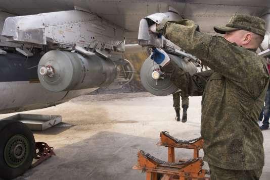 Un technicien de l'armée de l'air russe sur la base d'Hemeimeem en Syrie, le 20 janvier 2016.