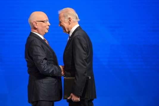 Le Président du Forum économique de Davos Klaus Schwab accueille le Vice-Président des Etats-Unis Joe Biden le 20 janvier 2016.