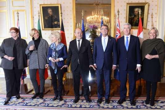 Réunion de sept ministres de la défense de pays membres de la coalition anti-EI, dont Michael Fallon (troisième à droite), à Paris, le 20 janvier 2016.