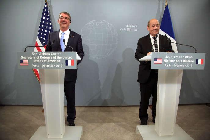 Le secrétaire à la défense américain, Ashton Carter (à gauche), et son homologue français, Jean Yves Le Drian, lors d'une conférence de presse à la résidence du ministre de la défense à Paris, le mercredi 20 janvier 2016.