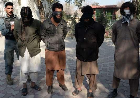 Des prisonniers présentés comme des membres de l'organisation Etat islamique après l'attaque contre le consulat du Pakistan à Jalalabad, dans l'est de l'Afghanistan.