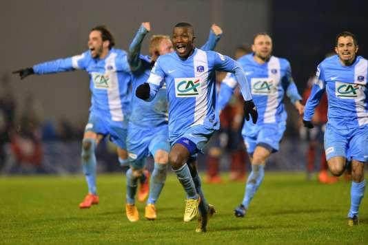 Les joueurs de Trélissac célèbrent leur victoire face à Lille en 16es de finale de la Coupe de France le 20 janvier 2016.