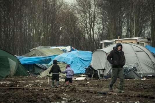 Des migrants dans le camp de Grande-Synthe, près de Dunkerque, qui accueille majoritairement des kurdes.