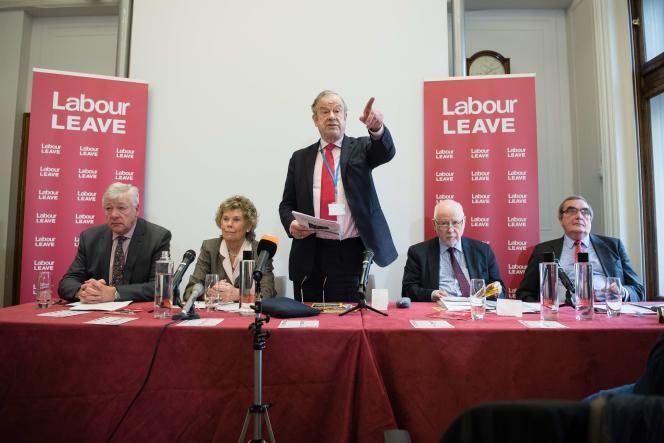 John Mills, au centre, au lancement de la campagne des travaillistes favorables à la sortie de la Grande-Bretagne de l'UE.
