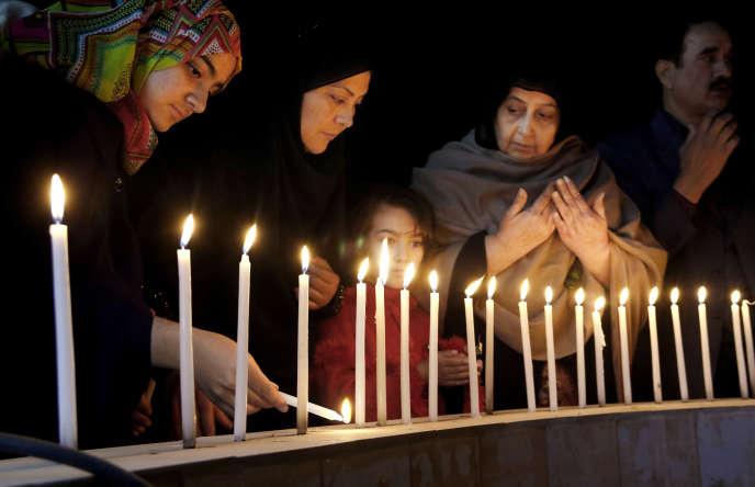 Cérémonie en mémoire des victimes de l'attaque terroriste contre l'université Bacha-Khan, mercredi soir, à Peshawar, au Pakistan.