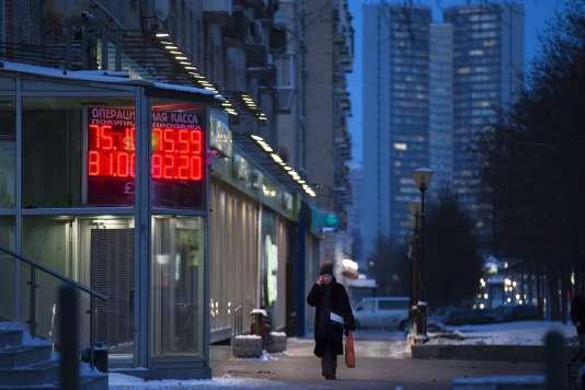 Devant un bureau de change dans les rues de Moscou, lundi 11 janvier.