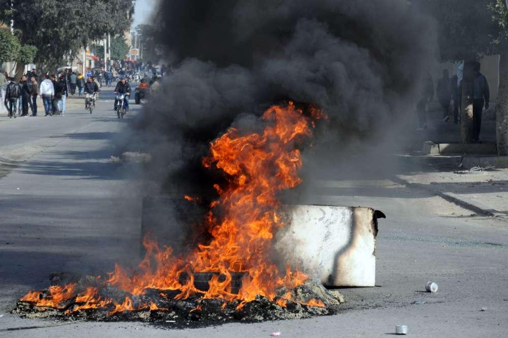 Dans une rue de la ville, située à moins de cent kilomètres de Sidi Bouzid, où, en janvier 2011, Mohamed Bouazizi s'était immolé par le feu.