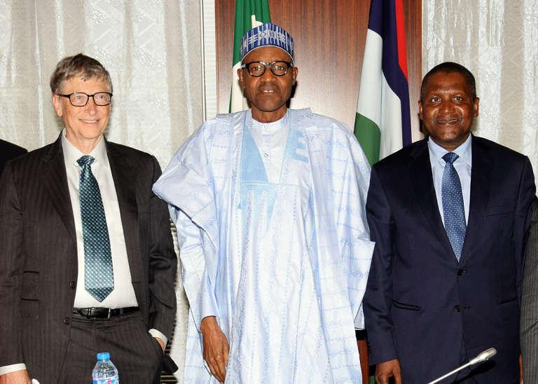 Le président nigérian Muhammadu Buhari entouré de Bill Gates et de l'homme d'affaires nigérian Aliko Dangote, à Abuja, le 20 janvier 2016.
