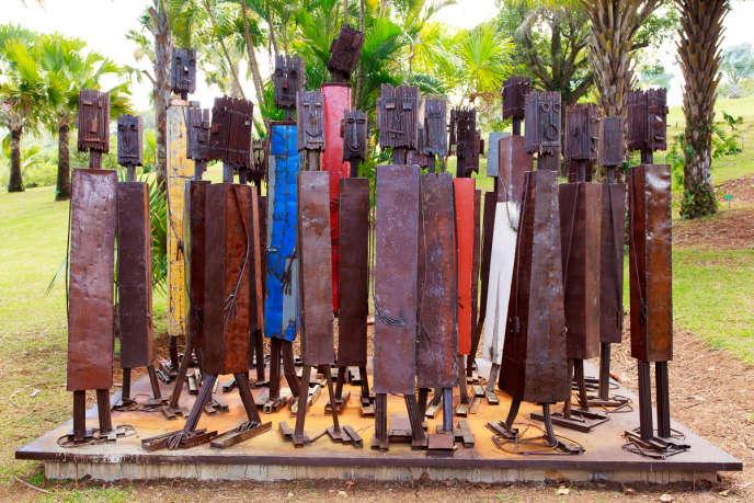 Dans le Jardin des sculptures de l'Habitation Clément, «Avançons tousensemble» (2011), uneinstallation de Luz Severino, artiste originaire deSaint-Domingue et installée à Fort-de-France. Métal oxydé et peinture.