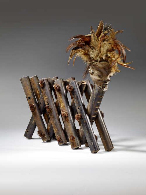 Esprit, es-tu là ? Cet objet en forme d'accordéon est un instrument de divination. Utilisé par la société pende (Afrique centrale), le devin devait réciter le nom de personnes soupçonnées de délits ou de dommages : si la tête se redressait, le coupable était trouvé.