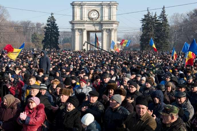«On nous a trompés hier, on a bafoué la démocratie, la liberté et les droits de l'homme!», a lancé l'un des organisateurs de la manifestation, l'avocat Andrei Nastase, en appelant à «rendre le pays au peuple».