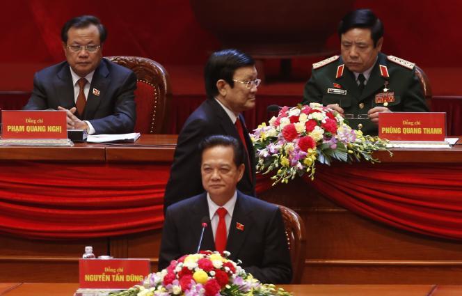 Le président vietnamien, Truong Tan Sang, passe derrière le premier ministre, Nguyen Tan Dung, jeudi 21 janvier, à l'ouverture du XIIe congrès du Parti communiste vietnamien.