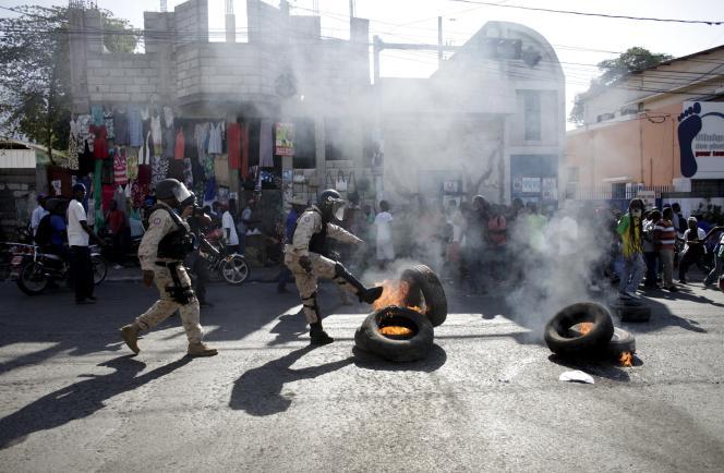 Plusieurs milliers d'opposants ont manifesté lundi et mardi dans la capitale contre la tenue de ces élections, bloquant plusieurs rues du centre de Port-au-Prince avec des barricades.