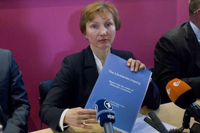 Marina Litvinenko, la veuve de l'ancien espion Alexandre Litvinenko, montre une copie du rapport sur la mort de son époux, le 21 janvier 2016, à Londres.