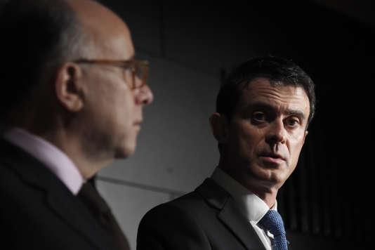 Le Premier Ministre Manuel Valls à l'inauguration d'un commissariat à Evry, en présence du Ministre de l'Intérieur Bernard Cazeneuve, le 8 janvier 2016.