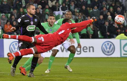 Le gardien d'Ajaccio Riffi Mandana repousse une attaque stéphanoise, jeudi 21 janvier au stade Geoffroy-Guichard.