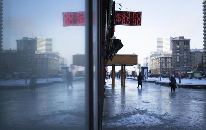 La Russie a plongé dans une crise provoquée par l'effondrement des prix du pétrole, dont l'économie russe est très dépendante, et les sanctions imposées par les Occidentaux à cause de la crise ukrainienne.