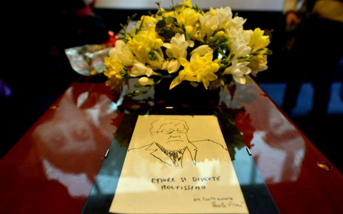 Dessin de l'acteur et réalisateur Paolo Virzi sur le cercueil d'Ettore Scola, exposé jeudi 21 janvier à la Maison du cinéma, à Rome.