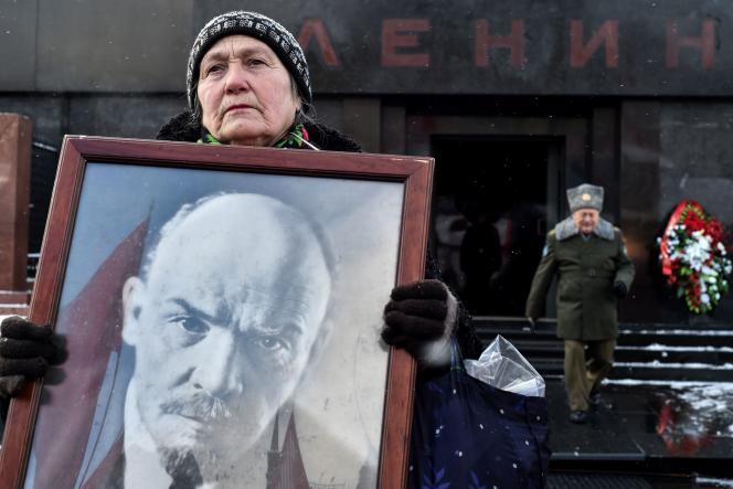 Une adhérente du Parti communiste russe arbore un portrait de Lénine lors d'une cérémonie commémorant le 92e anniversaire de sa mort, sur la place Rouge, à Moscou, le 21 janvier 2016.