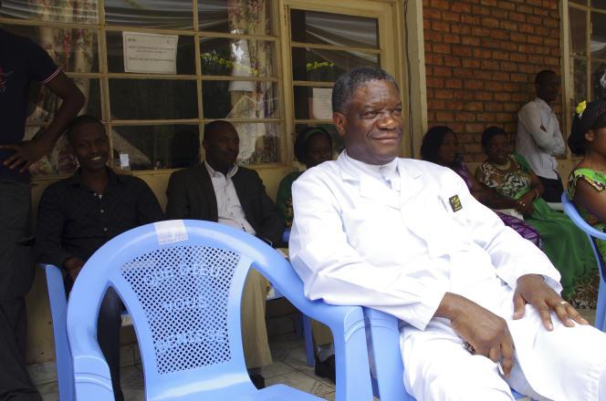 Le gynécologue congolais Denis Mukwege devant son hôpital Panzi à Bukavu, capitale de la province congolaise du Sud-Kivu en mars 2015.