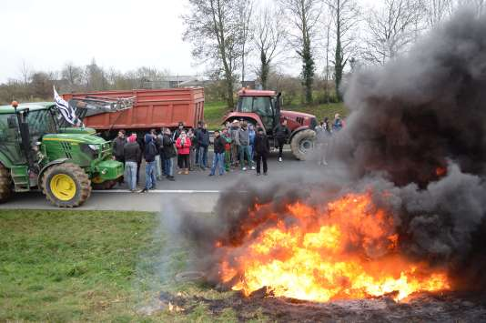 Des agriculteurs bloquent la nationale 12 en direction de Brest, près de Plestan, le21janvier.