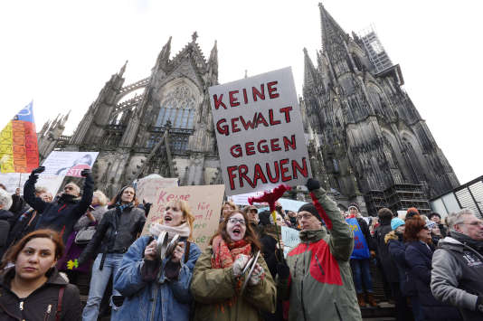 Manifestation en face de la cathédrale de Cologne (Allemagne), le 9janvier 2015, suite aux agressions sexuelles qui ont eu lieu le soir du réveillon du Nouvel an.