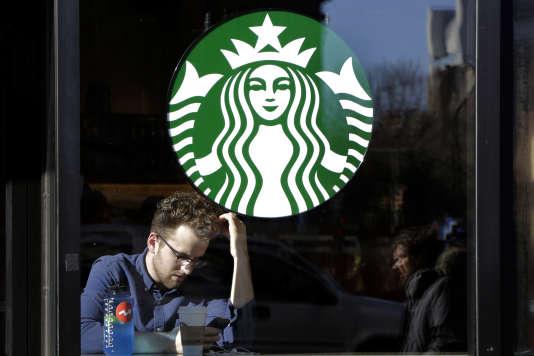 En quelques mois, la Commission européenne  a ordonné au Luxembourg et aux Pays-Bas de récupérer 30millions d'euros auprès des groupes Fiat et Starbucks, et a contraint la Belgique, le 11janvier, à collecter près de 700 millions d'euros auprès de 35 multinationales (Photo: Starbucks à New York en janvier).