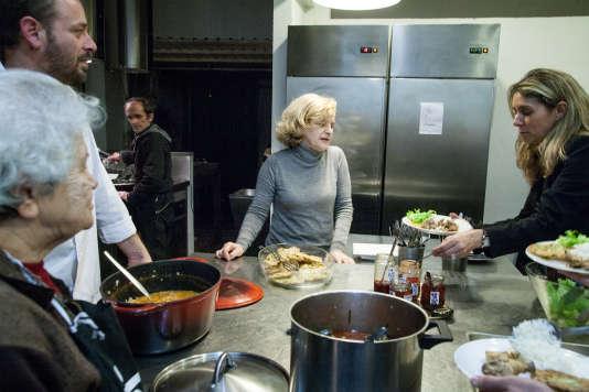 Après avoir été photographe spécialisée dans la gastronomie, Adriana Freire (au centre) à a créé une cuisine communautaire à Lisbonne.