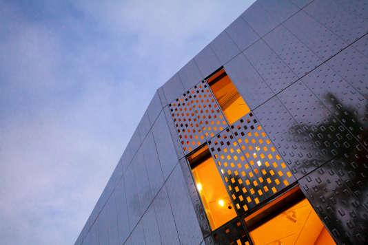 La façade en Inox de la Fondation Clément, réalisée parl'architecte  Bernard Reichen.