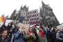 """""""Pas de violence contre les femmes"""", est-il écrit sur ce panneau, lors d'une manifestation de soutien devant la cathédrale de Cologne, le 9 janvier"""