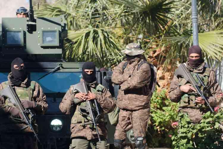 Des membres des forces spéciales tunisienne, en faction dans une rue de Kasserine, le 21 janvier.